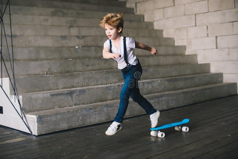 Patim do rapaz pequeno no skate fotografia de stock royalty free