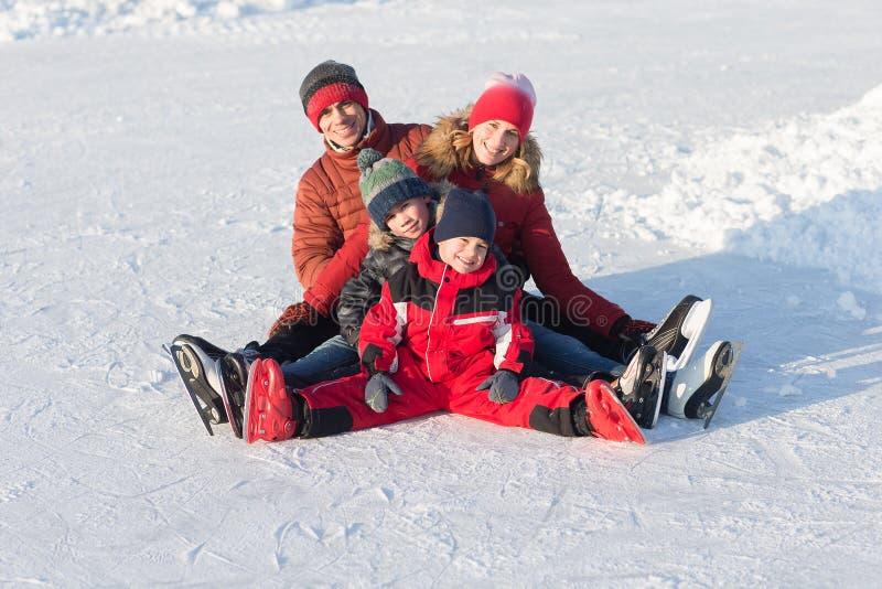 Patim feliz da família no inverno fotografia de stock