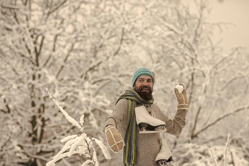 Patim feliz farpado da posse do homem na floresta nevado do inverno, Natal imagem de stock royalty free