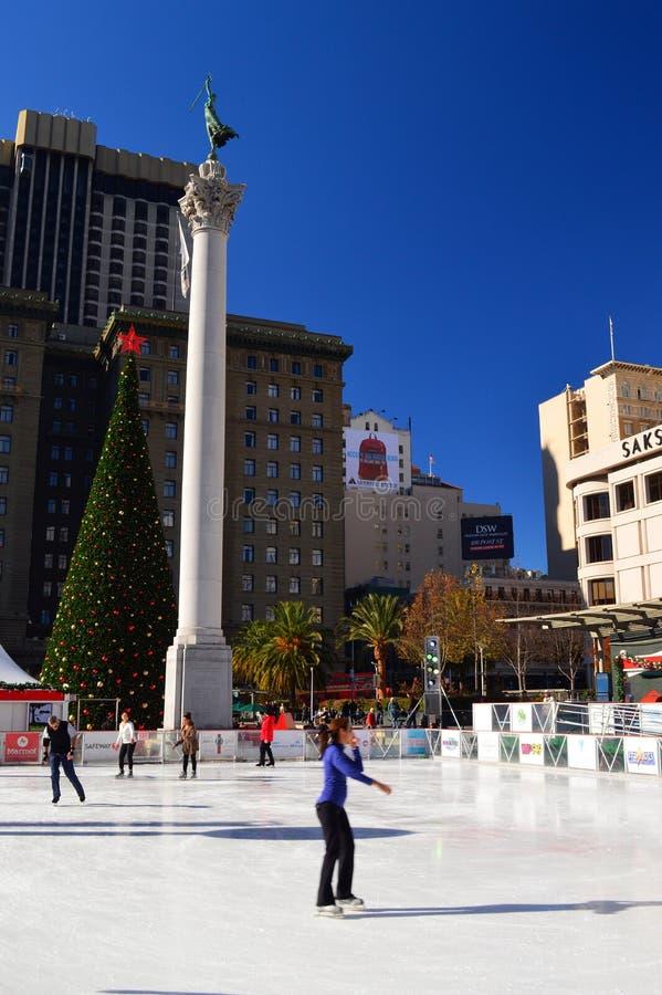 Patinação de gelo no Holiday na Union Square em São Francisco fotos de stock royalty free
