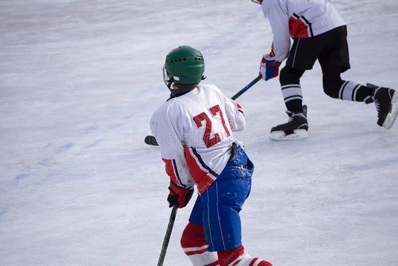 Patinador del patín del tiro de la pista del juego del hockey sobre hielo imagen de archivo libre de regalías