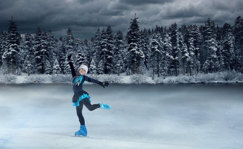 Patinador infantil no fundo do lago de inverno imagens de stock royalty free