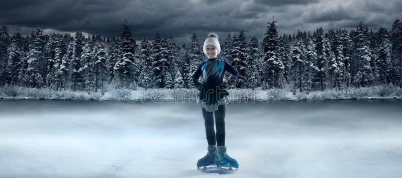 Patinador infantil no fundo do lago de inverno fotos de stock