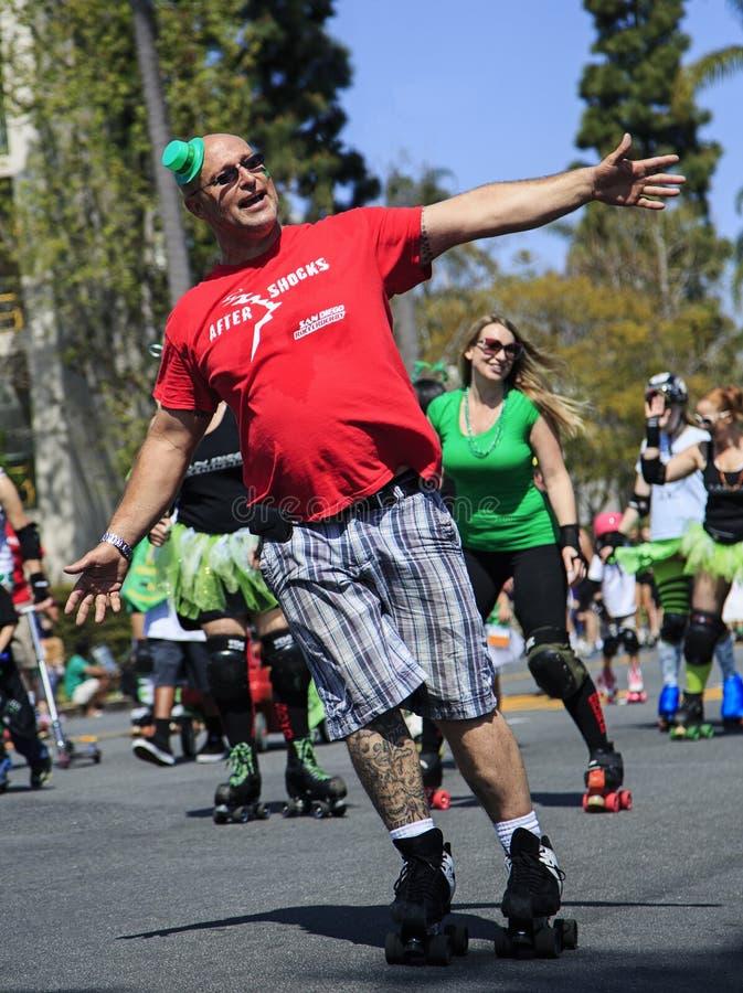 Patinadores del rodillo en el desfile y el Fest del día del St. Patricks fotografía de archivo