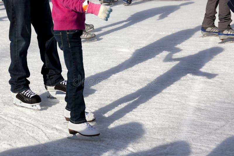 Patinadores y sombras al aire libre de hielo fotografía de archivo