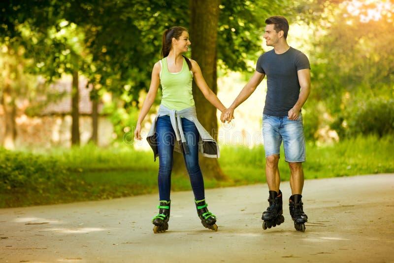 Patinage à roulettes de couples de bonheur photographie stock libre de droits