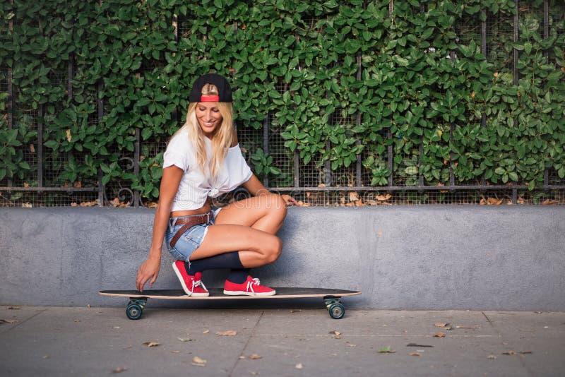 Patinage attrayant de jeune femme photos libres de droits