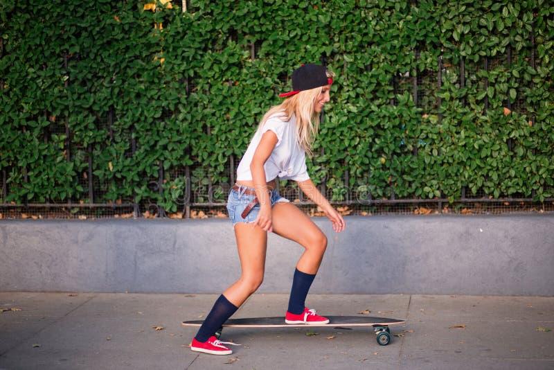 Patinage attrayant de jeune femme photos stock