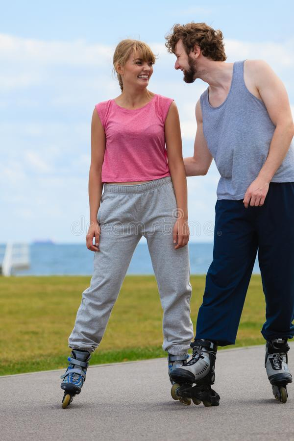 Patinage de couples de patineur de rouleau extérieur photographie stock