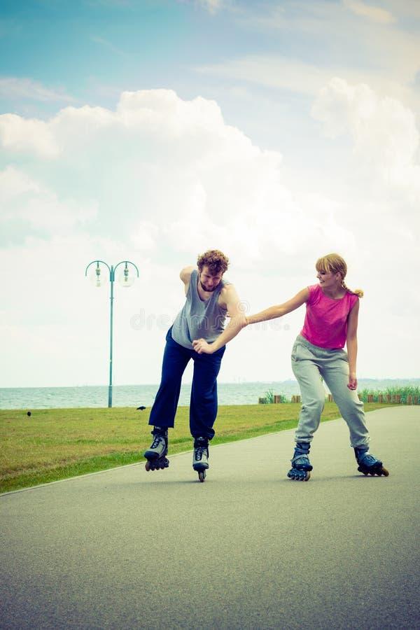 Patinage de couples de patineur de rouleau extérieur image libre de droits