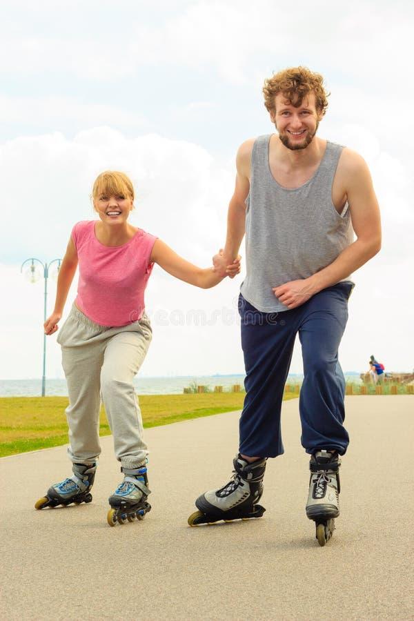 Patinage de couples de patineur de rouleau extérieur images stock