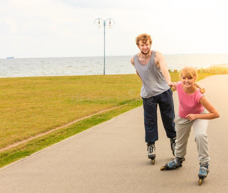 Patinage de couples de patineur de rouleau ext?rieur photo stock