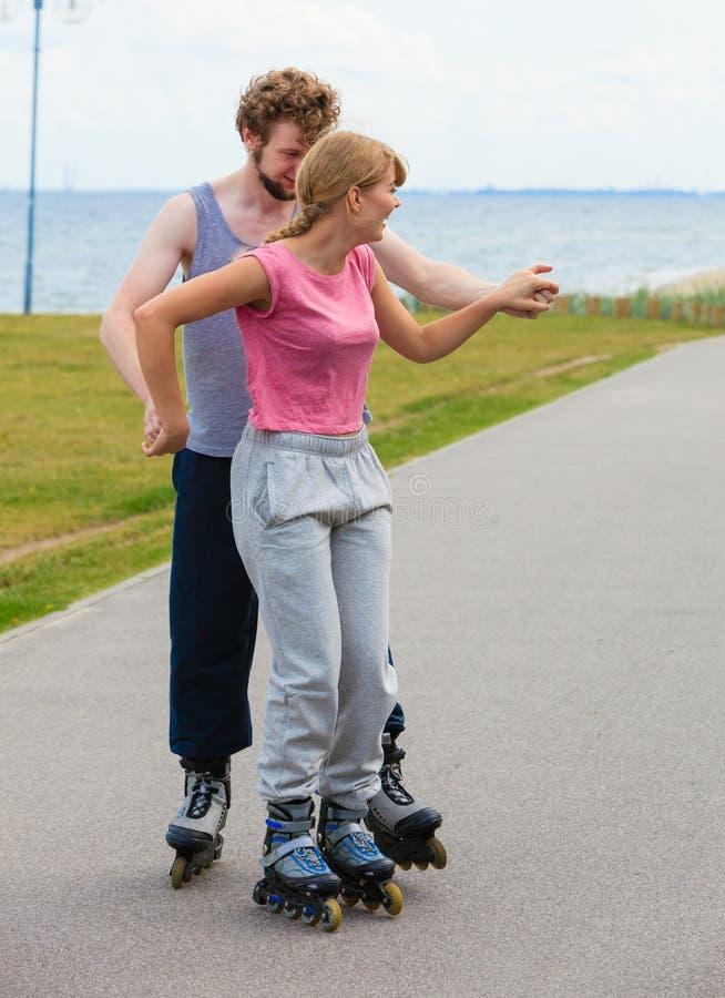 Patinage de couples de patineur de rouleau ext?rieur photo libre de droits
