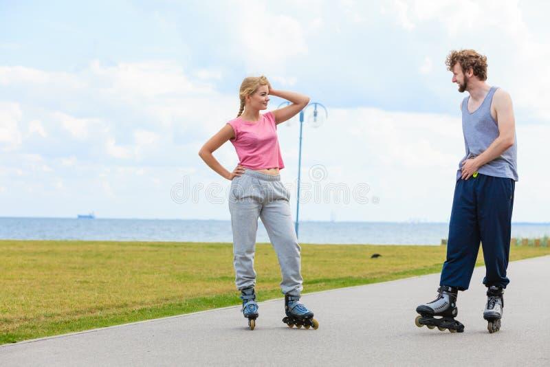 Patinage de couples de patineur de rouleau ext?rieur photos stock