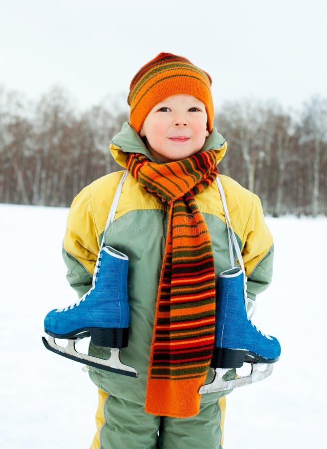 Patinage de glace allant de garçon photo stock