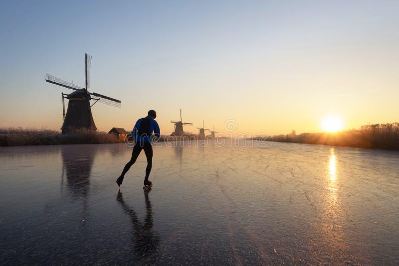 Patinage de glace au lever de soleil aux Pays-Bas image libre de droits