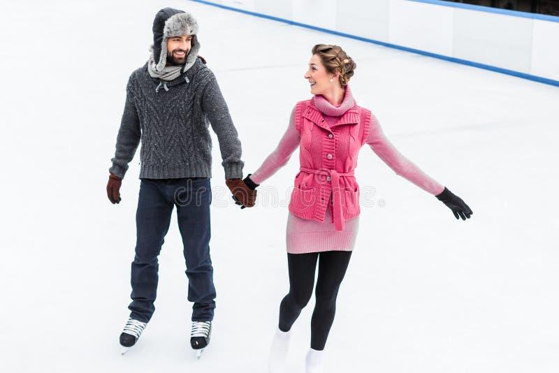 Patinage de glace de couples en hiver photographie stock