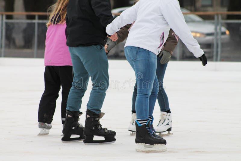 Patinage de glace dans l'horaire d'hiver photographie stock libre de droits