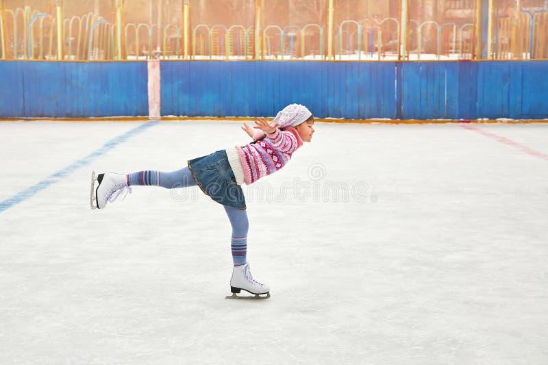 Patinage de glace de fille sur la piste photo stock