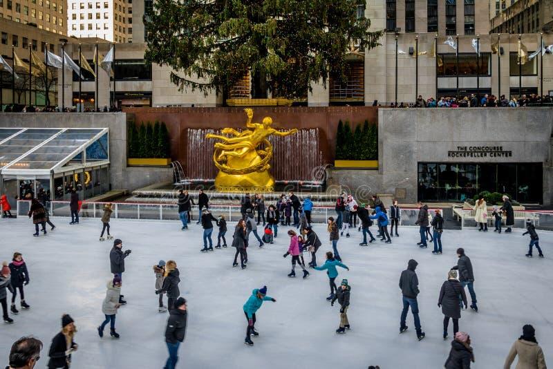 Patinage de glace de personnes devant l'arbre de Noël de centre de Rockefeller - New York, Etats-Unis images libres de droits