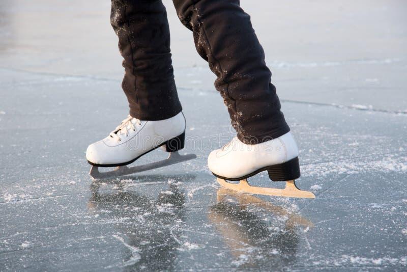 Patinage de glace de jeune femme à l'extérieur photos stock