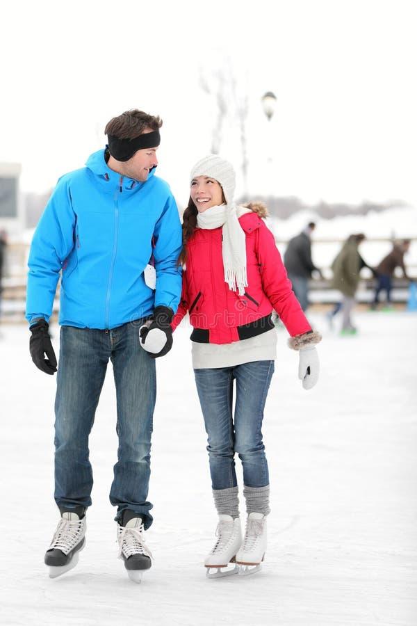 Patinage de glace romantique de couples image stock