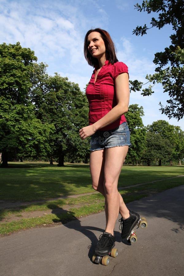 Patinage de rouleau à jambes sexy de femme d'amusement d'été long photos stock