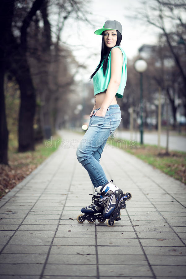 Patinage de rouleau de fille en parc photos libres de droits