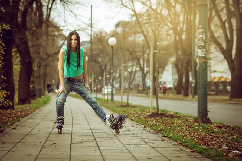 Patinage de rouleau de fille en parc photo libre de droits