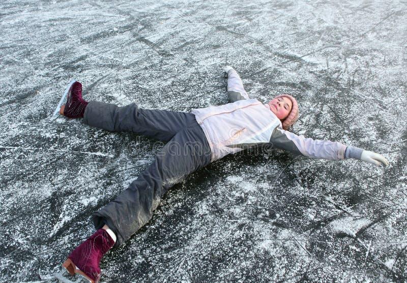 Patinagem artística bonita da menina do preteen no inverno aberto rin de patinagem imagem de stock royalty free