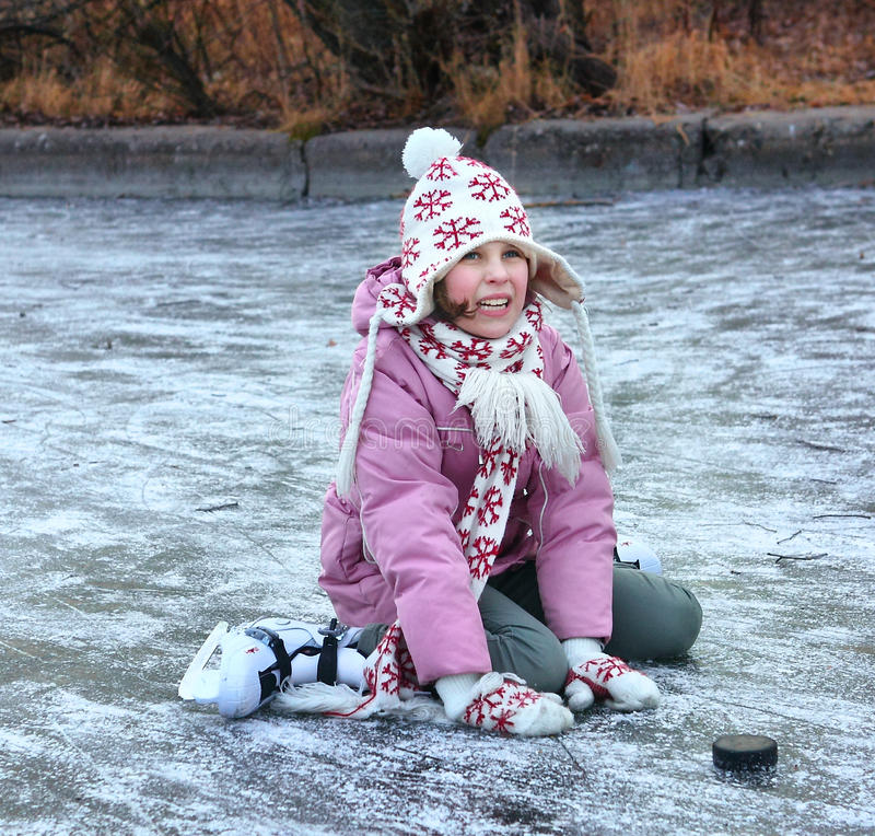 Patinagem artística bonita da menina do preteen no inverno aberto rin de patinagem foto de stock royalty free