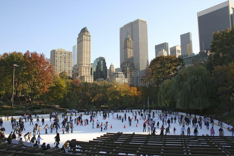 Patinagem de gelo em Central Park imagem de stock royalty free