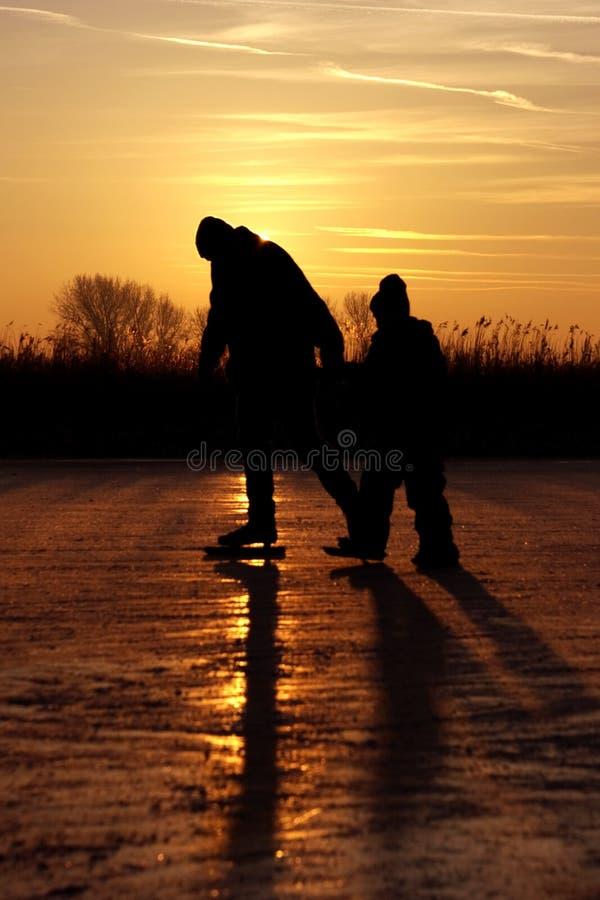 Patinagem de gelo em um lago congelado nos Países Baixos fotos de stock royalty free
