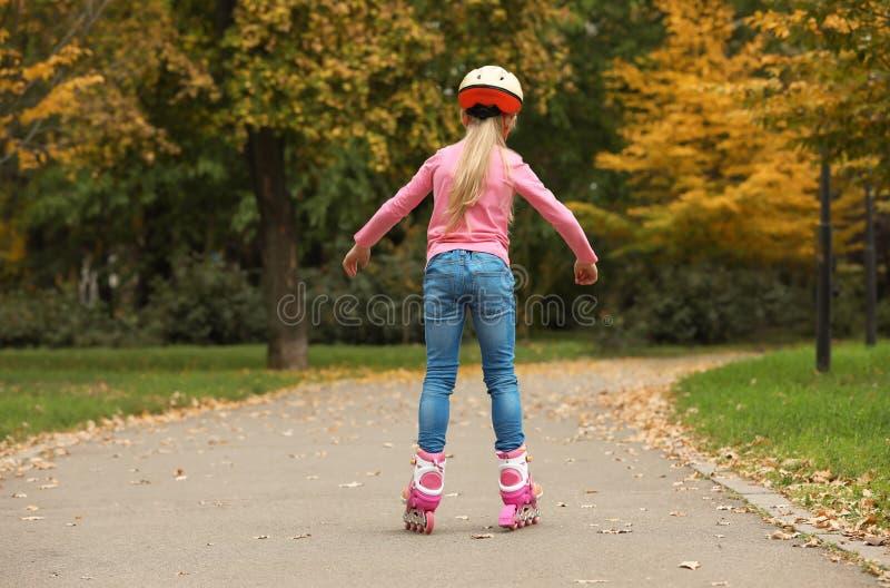 Patinagem de rolo bonito da menina fotos de stock royalty free