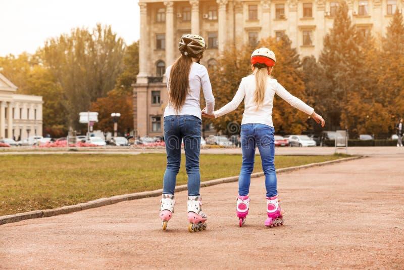 Patinagem de rolo bonito das crianças fotos de stock royalty free