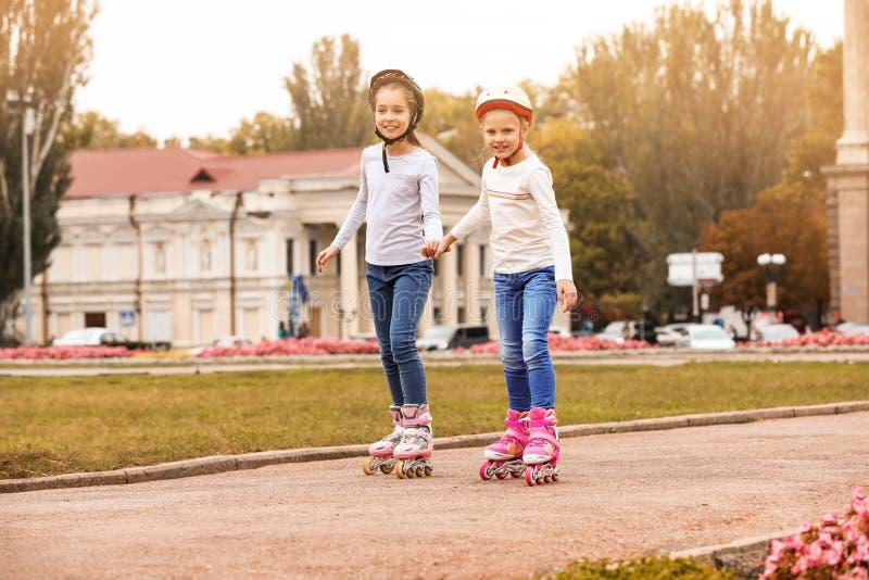 Patinagem de rolo feliz das crianças imagem de stock