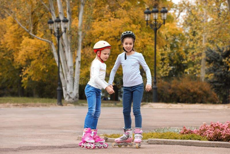 Patinagem de rolo feliz das crianças imagens de stock