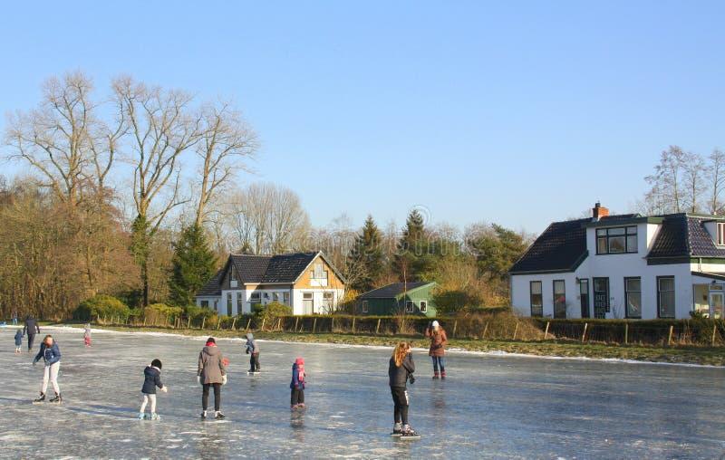 Patinagem na pista de gelo imagens de stock royalty free