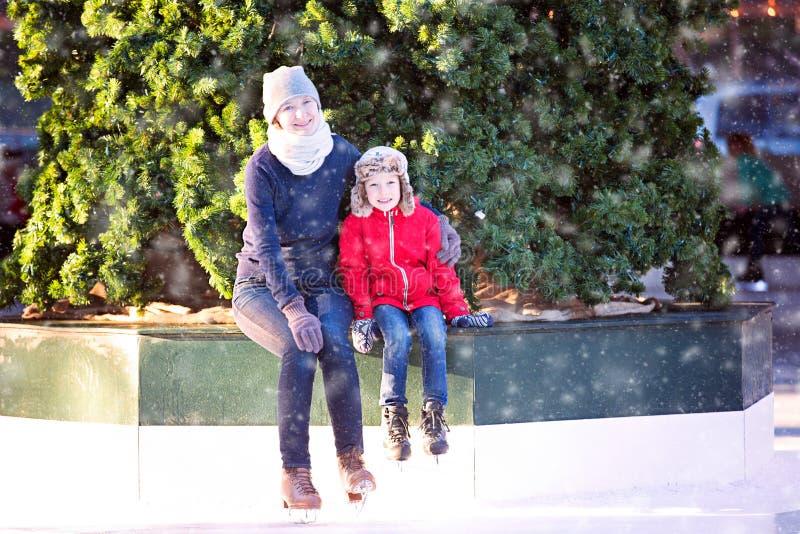 Patinagem no gelo da família fotos de stock royalty free