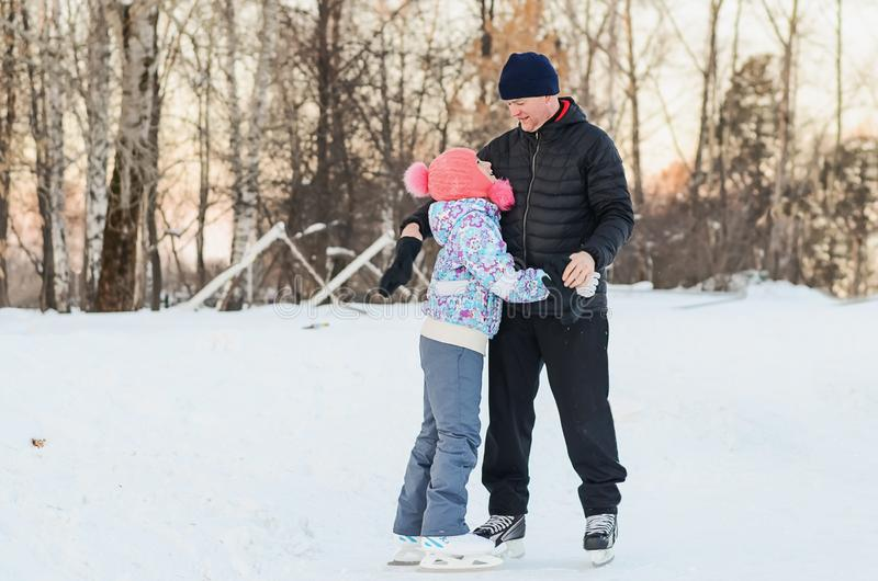 Patinagem no gelo do pai e da filha imagem de stock royalty free