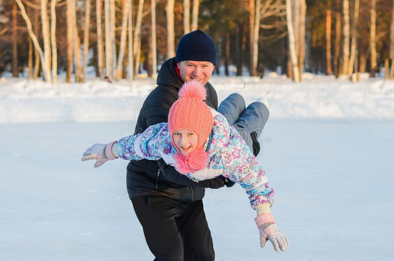 Patinagem no gelo do pai e da filha fotos de stock