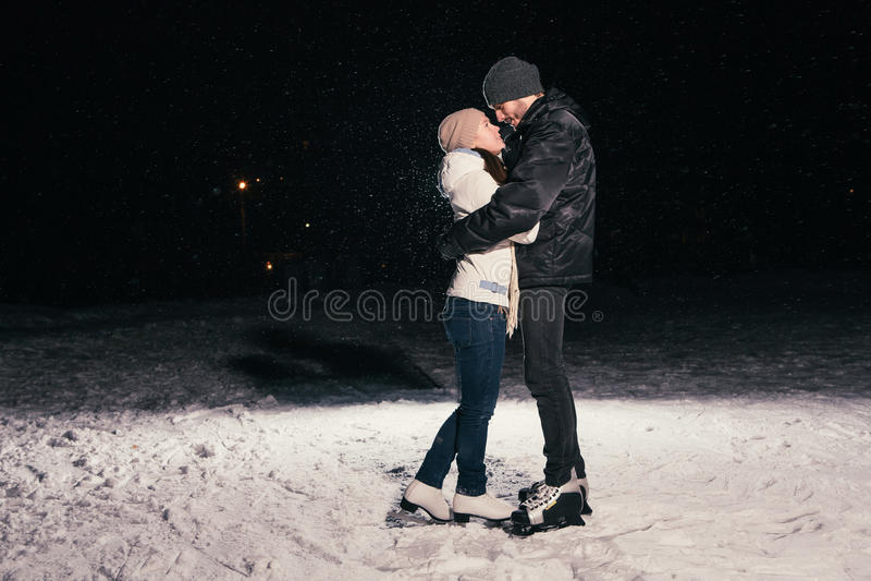 Patinagem no gelo dos pares fora em uma noite da lagoa fotografia de stock royalty free