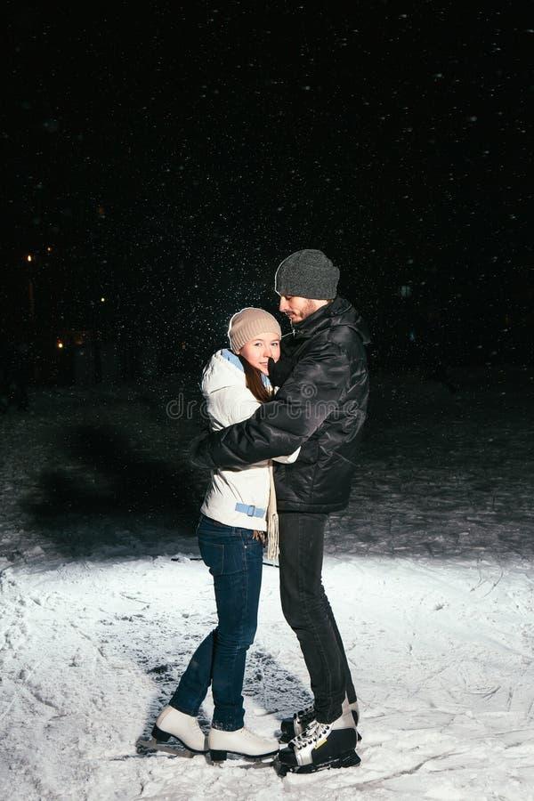 Patinagem no gelo dos pares fora em uma noite da lagoa foto de stock royalty free