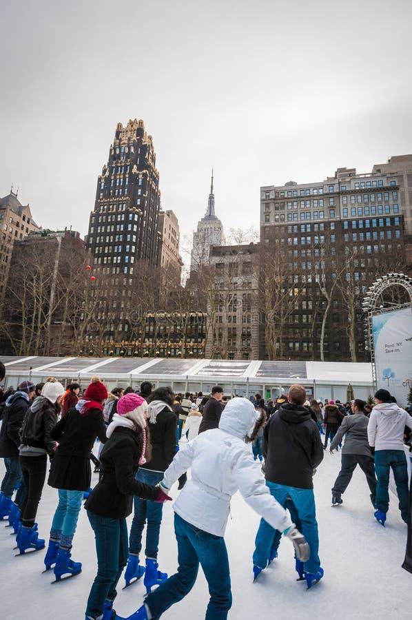 Patinagem no gelo dos povos em Bryant Park, New York, Estados Unidos fotos de stock