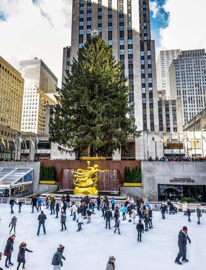 Patinagem no gelo dos povos na frente da árvore de Natal do centro de Rockefeller - New York, EUA fotografia de stock royalty free