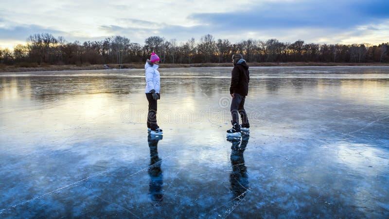 Patinagem no gelo no lago imagens de stock