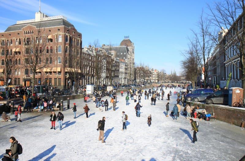 Patinagem sobre o canal holandês em Amsterdão foto de stock royalty free