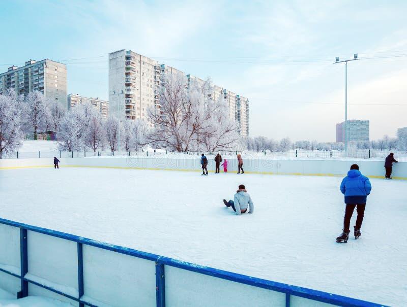 Patinaje de hielo al aire libre imagen de archivo