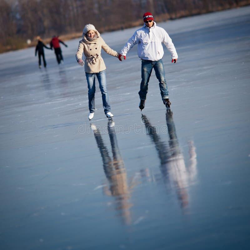 Patinaje de hielo de los pares en una charca foto de archivo libre de regalías