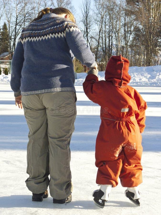 Patinaje de hielo del niño imagen de archivo